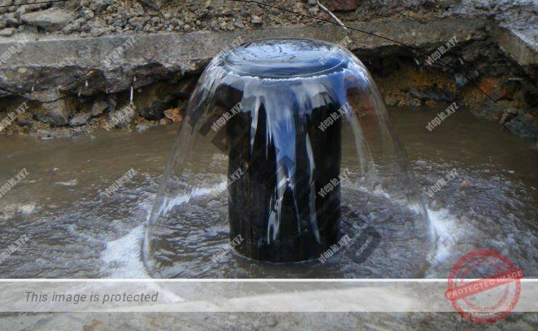 Поток воды из артезианской скважины