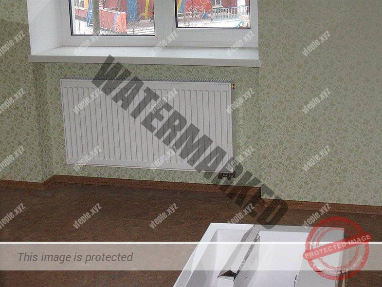 Радиатор, утопленный в стену под окном