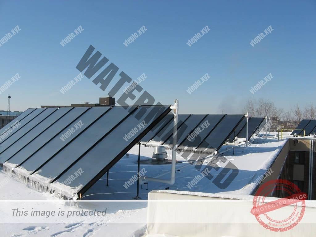 Плоский солнечный коллектор зимой на крыше