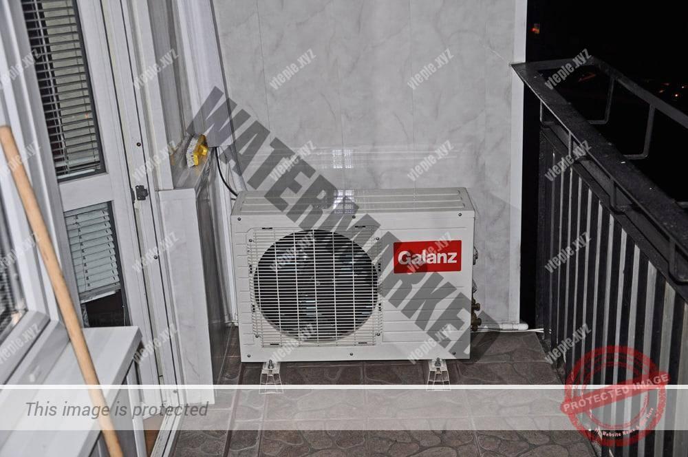 Наружный блок кондиционера на балконе