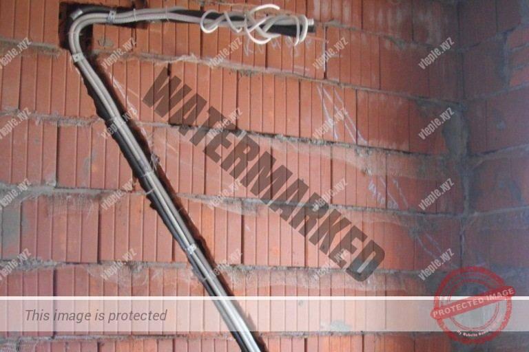 Штроба под трубу и кабель питания кондиционера в кирпичной стене.