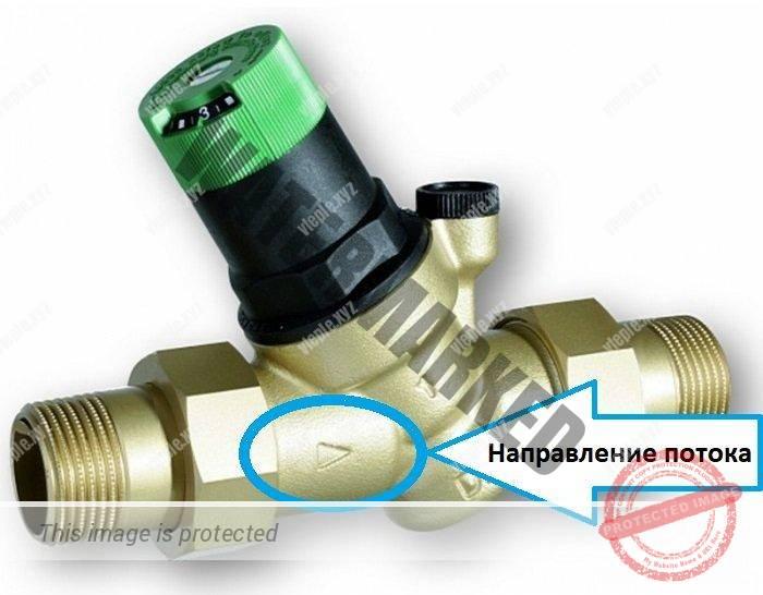 Редуктор давления воды с указанием направления потока