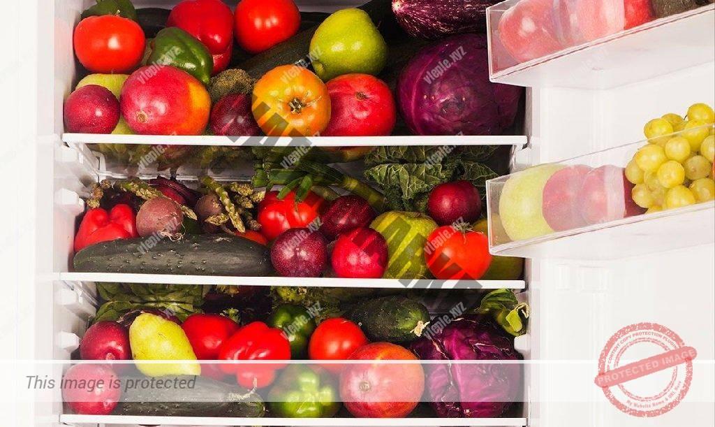 Холодильник забитый овощами и фруктами