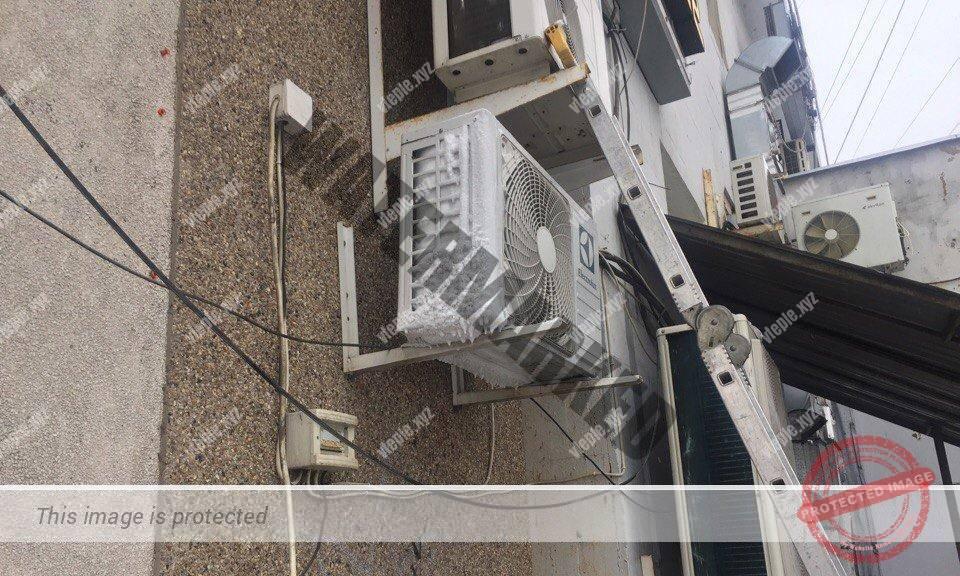 Обмерзший конденсатор наружного блока кондиционера.