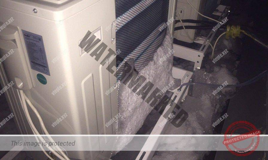 Снег на задней стенке наружного блока кондиционера