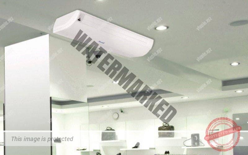 Напольно-потолочный кондиционер в магазине, подвешенный к потолку для охлаждения помещения.